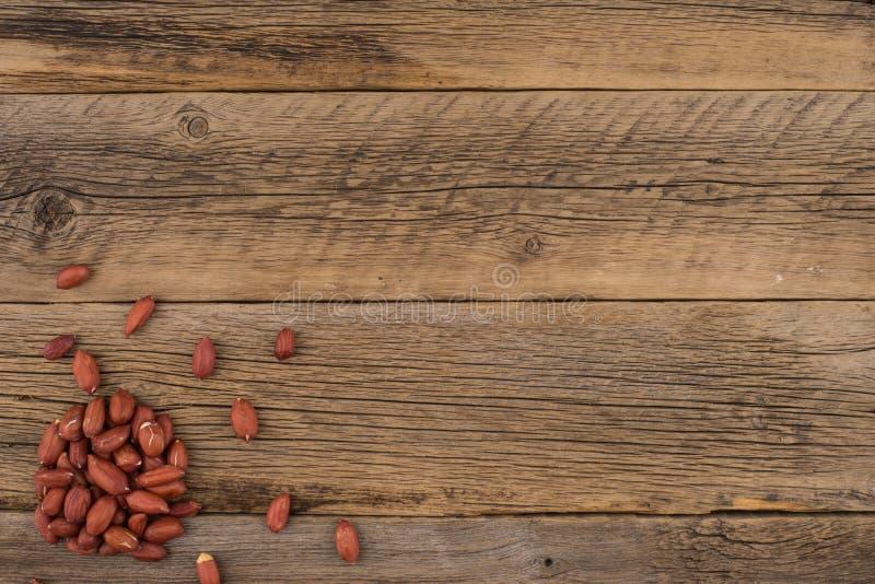 Obrani arachidy na starym drewnianym stole zdjęcie royalty free