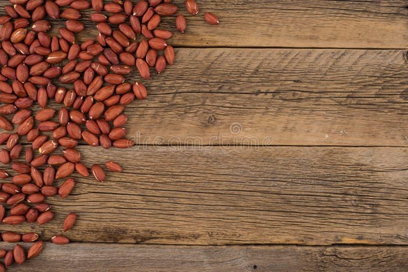 Obrani arachidy na starym drewnianym stole zdjęcia stock