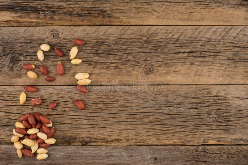 Obrani arachidy na starym drewnianym stole obrazy stock