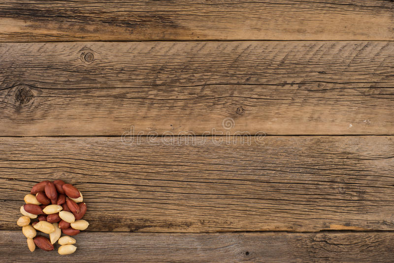 Obrani arachidy na starym drewnianym stole fotografia stock