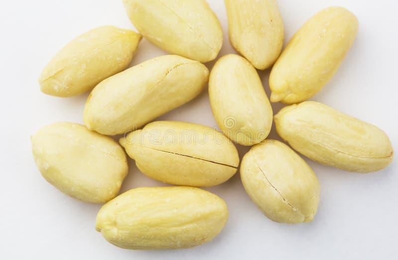 Obrani arachidy odizolowywający na białym tle, w górę obraz stock