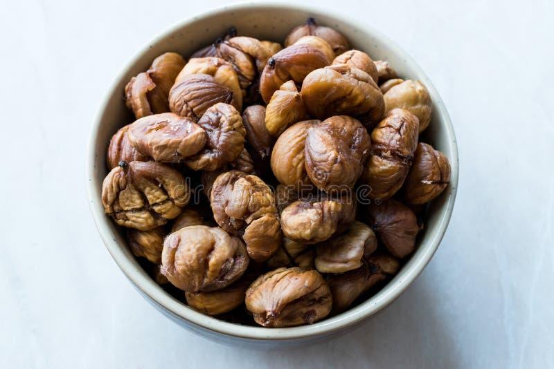 Obrani Piec Surowi Organicznie kasztany w pucharze zdjęcie stock