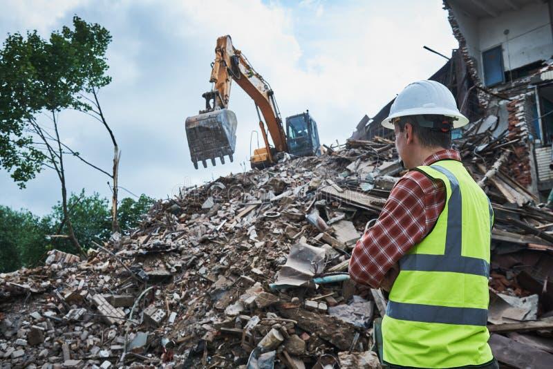 Obras da demolição Trabalhador no terreno de construção imagens de stock royalty free