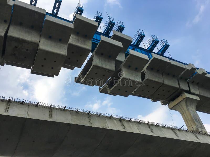 Obras mega da infraestrutura de uma ponte imagem de stock
