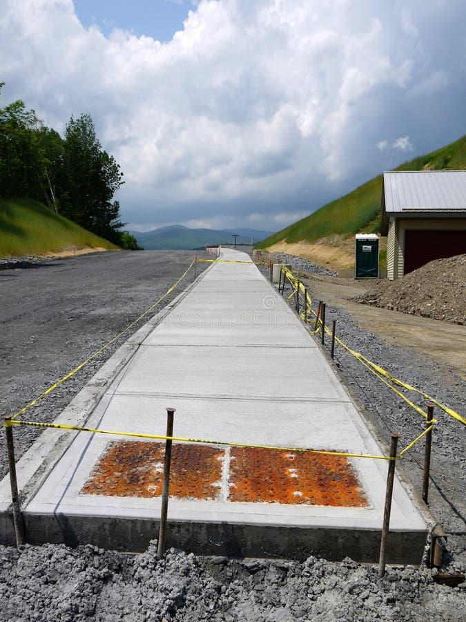 Obras por carretera: construcción de la acera concreta fotografía de archivo libre de regalías