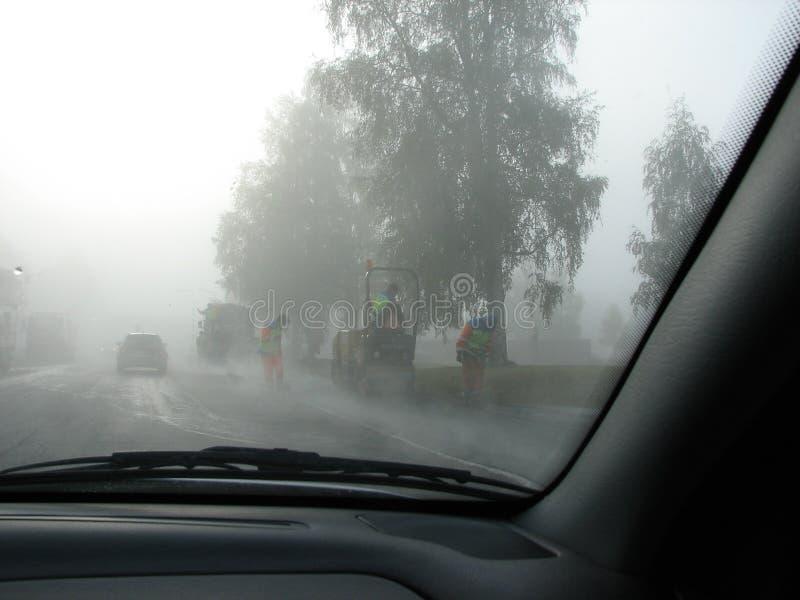 Obras por carretera en niebla fotos de archivo libres de regalías