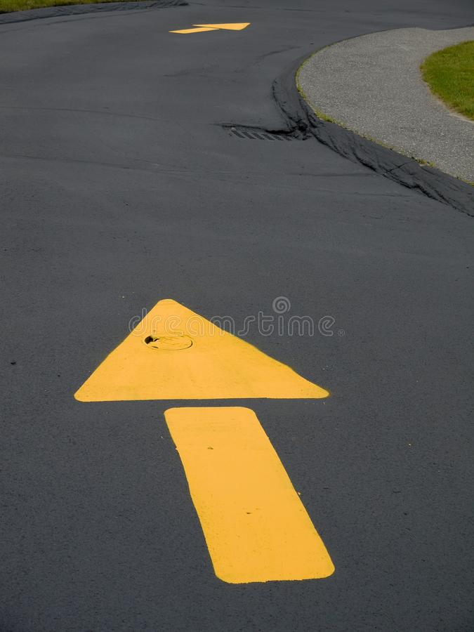 Obras por carretera: nuevos alquitrán y flechas imagenes de archivo