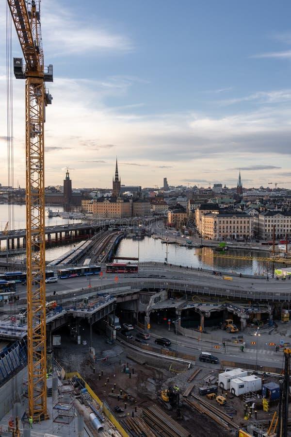 Obras que vão sobre em Slussen com Riddarholmen e na cidade velha no fundo imagens de stock