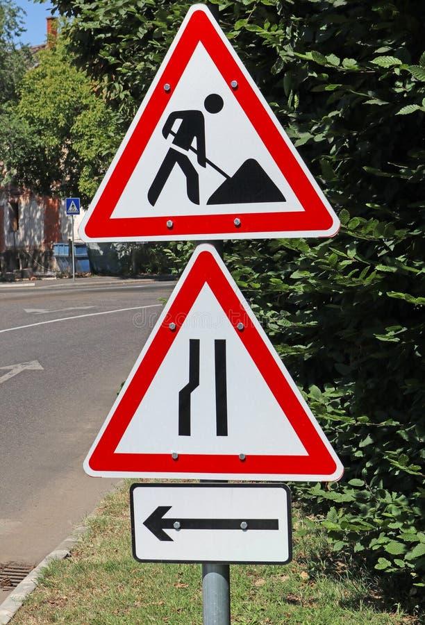 Obras rodoviárias e outros sinais de trânsito próximos da estrada fotografia de stock royalty free