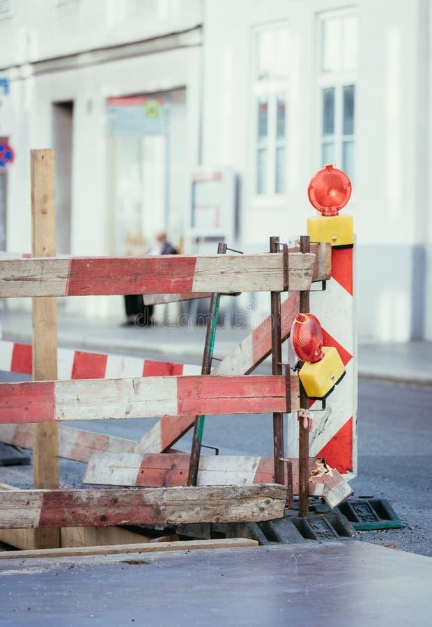 Obras viales: se?al y l?mparas amonestadoras, ciudad urbana foto de archivo