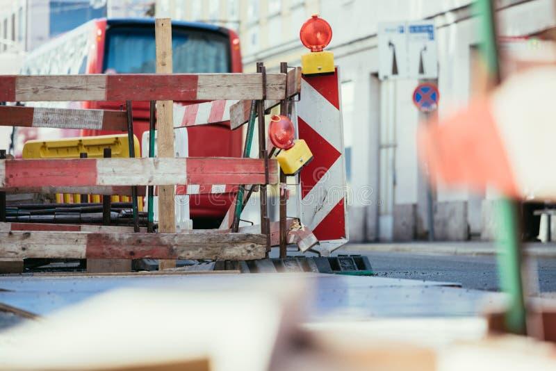 Obras viales: se?al y l?mparas amonestadoras, ciudad urbana imagen de archivo
