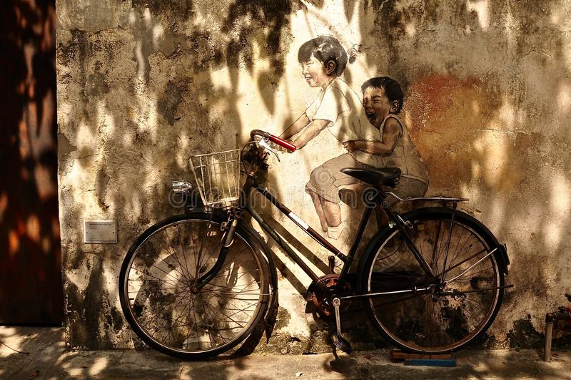 Obraz dzieciaki na cyklu na ulicie zdjęcie royalty free
