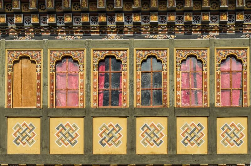 Obraz i drewniani prac okno przy Tashi Cho Dzong, Thimphu, Bhut zdjęcia stock