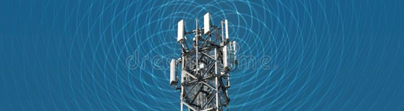 Obraz panoramiczny dużego masztu radiowego z widocznym elektrosmogiem zdjęcia royalty free