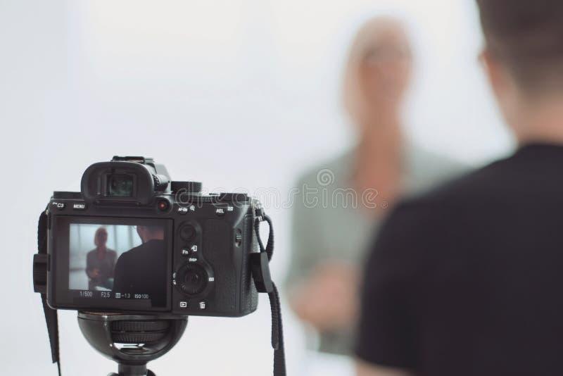 Obraz tła to kamera filmująca wywiad w Studio fotografia stock