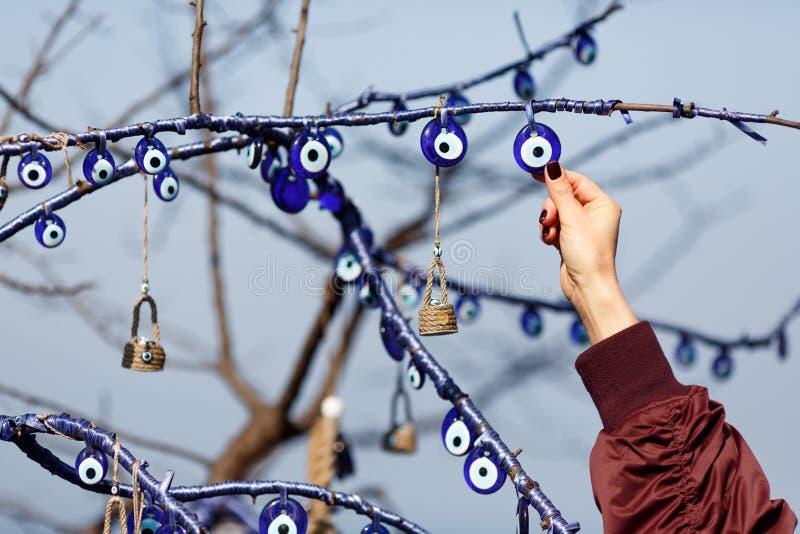 Obrazek amulety na drzewa i kobiety ręce obrazy stock