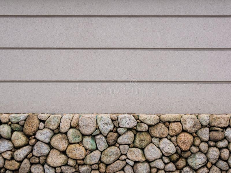Obrazek biała betonowa ściana z kamieniami przy piwnicą i pionowo kilka linie obrazy royalty free