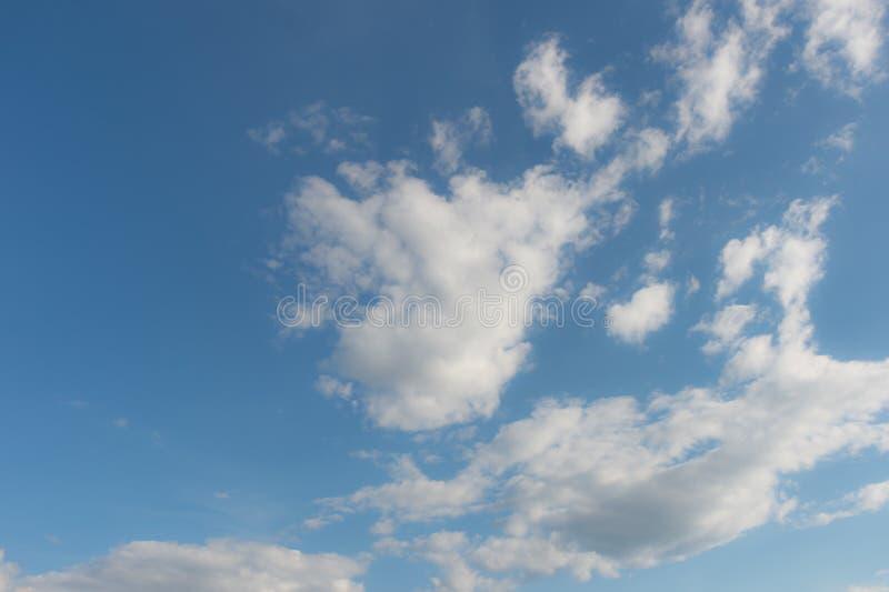 Obrazek biel chmurnieje przeciw jasnemu niebieskiego nieba tłu i kopii przestrzeni dla teksta fotografia royalty free