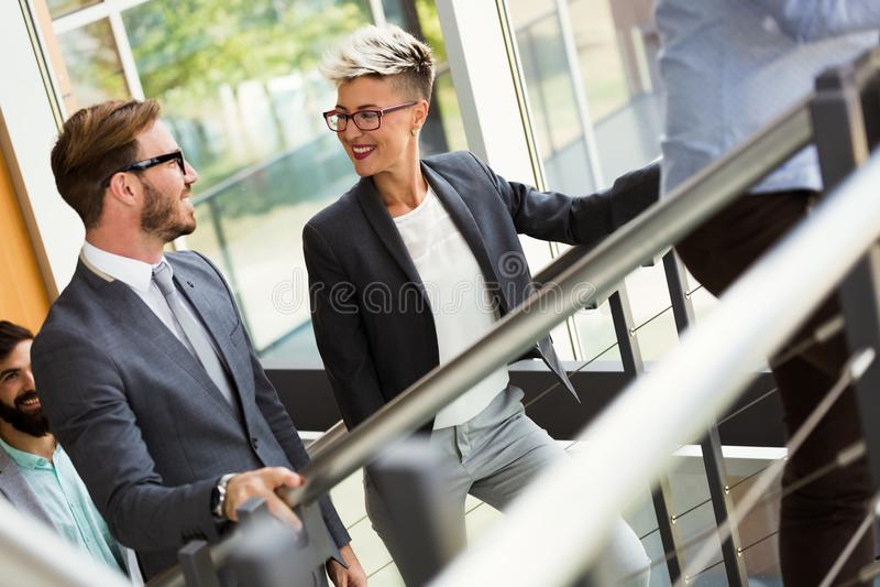 Obrazek biznesowi koledzy opowiada w biurze zdjęcia stock