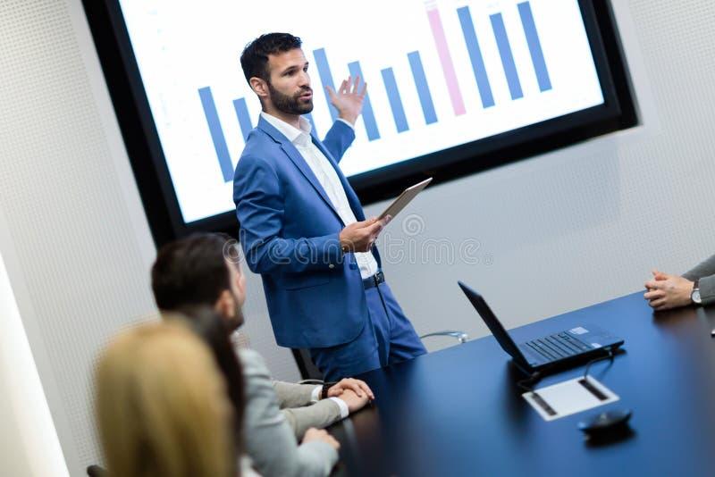 Obrazek biznesowy spotkanie w sala konferencyjnej zdjęcie royalty free