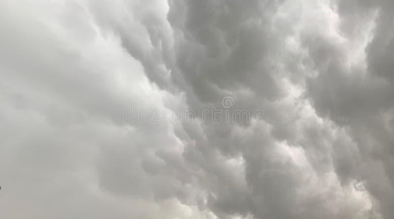 Obrazek burzy chmura pokazuje zmroku i bielu chmury obraz stock