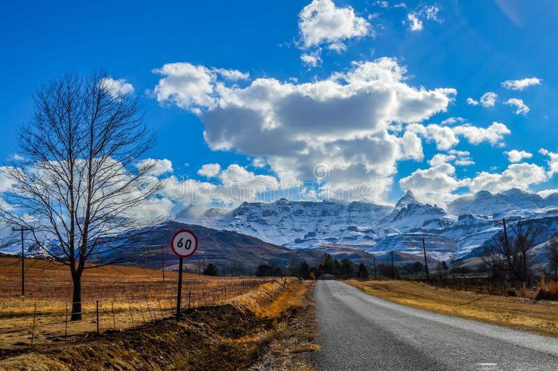 Obrazek doskonalić śnieg nakrywać Drakensberg góry i zielone równiny w Underberg blisko Sani przechodzą Południowa Afryka obraz stock