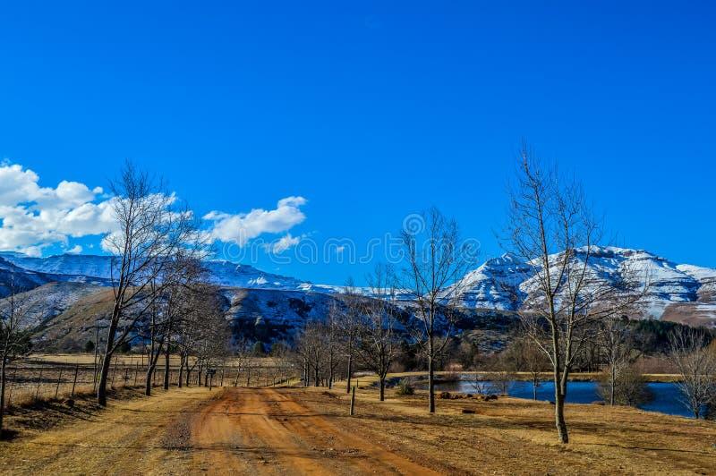 Obrazek doskonalić śnieg nakrywać Drakensberg góry i zielone równiny w Underberg blisko Sani przechodzą Południowa Afryka fotografia royalty free