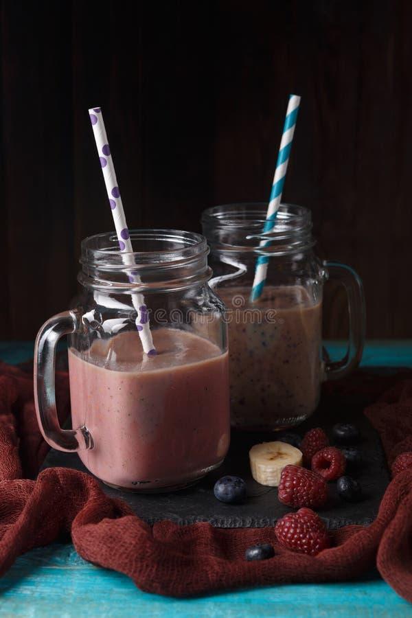Obrazek dwa dzbanka z milkshake z słomą zdjęcie royalty free