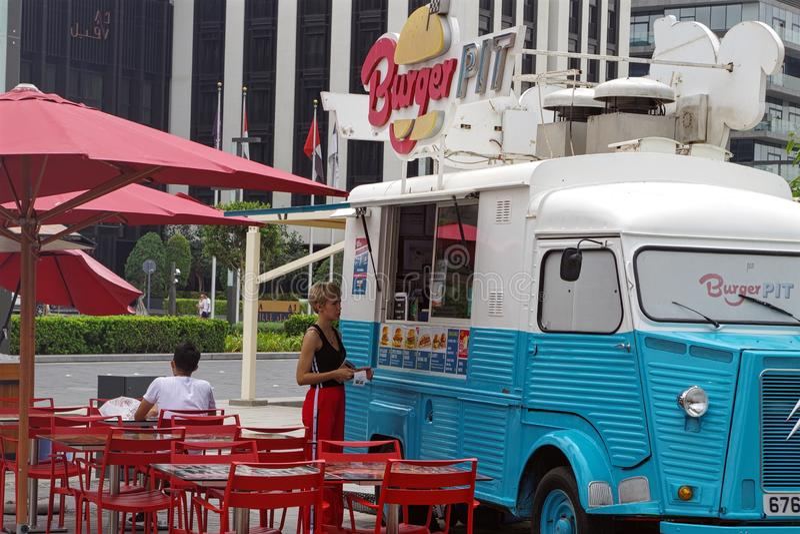 Obrazek hamburger jamy jedzenia ciężarówka instalował śródmieście dla hamburgerów kochanków obrazy royalty free