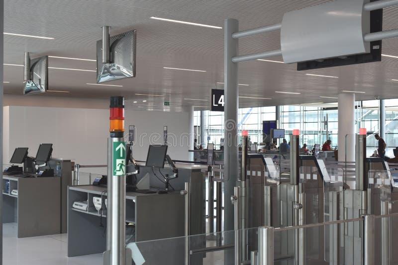 Obrazek instalujący w głównych lotniskach nowy wyposażenie: automatyzująca abordaż brama zdjęcia stock