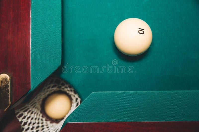 Obrazek jeden bilardowa piłka w bilardowej dziurze Inny jeden jest na zielonym łóżku stół blisko do dziury Liczba 10 jest na nim fotografia royalty free