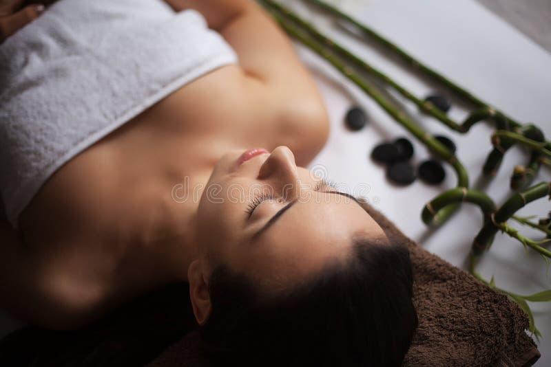 Obrazek kobieta w zdroju salonu lying on the beach na masażu biurku fotografia stock