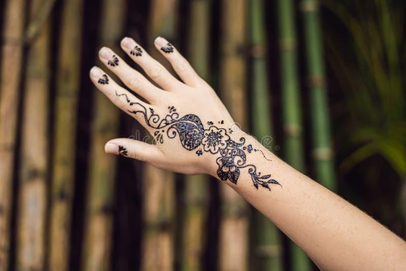 Obrazek ludzka ręka dekorował z henna tatuażem Mehendi ręka zdjęcie stock