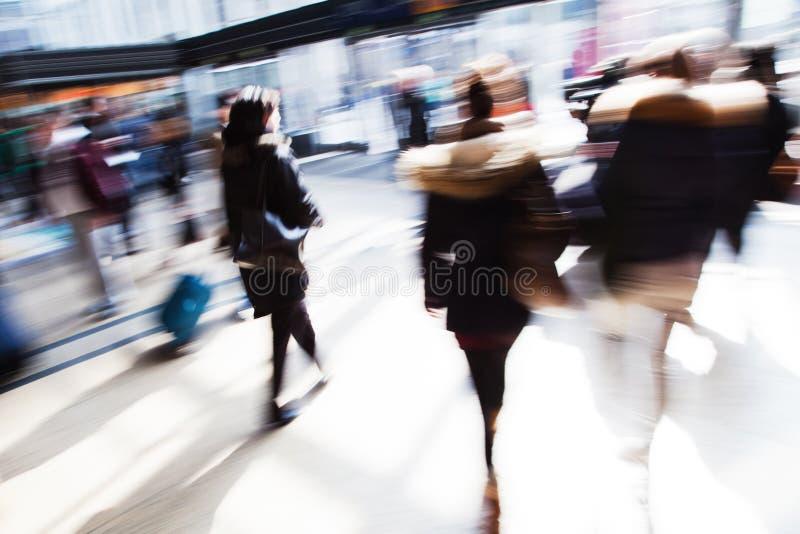 Chodzący ludzie przy stacją obraz royalty free