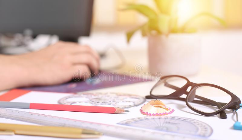 Obrazek pióro, ołówek, skala, kątomierz, okrąg skala i szkła na papierze, obraz stock