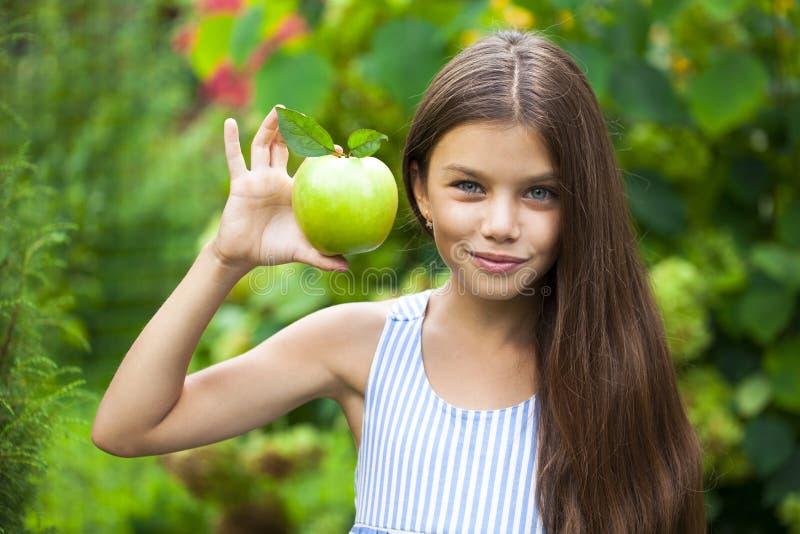 Obrazek piękna dziewczyna z zielonym jabłkiem zdjęcia stock