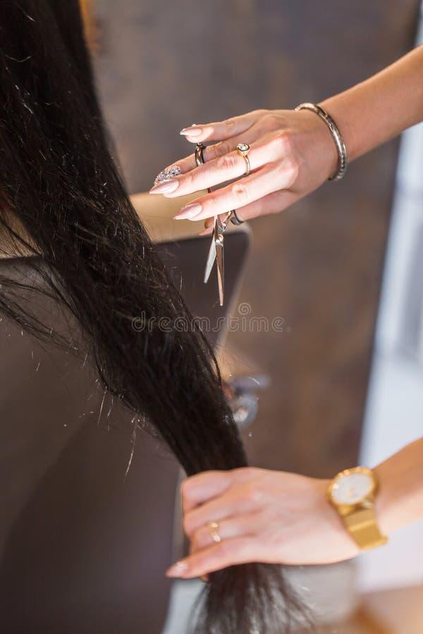 Obrazek pokazuje fryzjera mienia nożyce obrazy stock