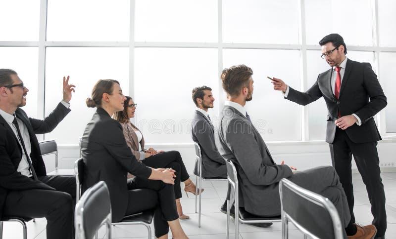 Obrazek pokazuje ludzi biznesu ma konferencję obrazy royalty free