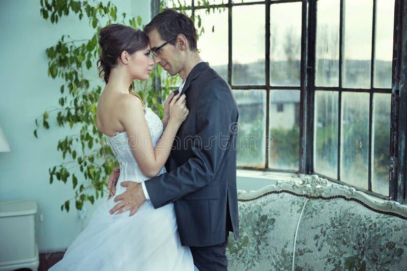 Obrazek przedstawia ślicznej ślub pary zdjęcia royalty free