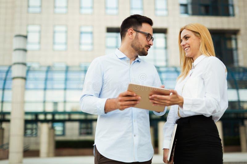 Obrazek przystojny mężczyzna i piękna kobieta jako partnery biznesowi fotografia stock