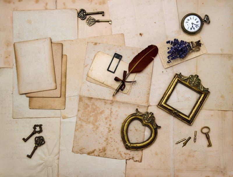 Obrazek ramy, klucze, kwiaty, starzy listy obraz royalty free
