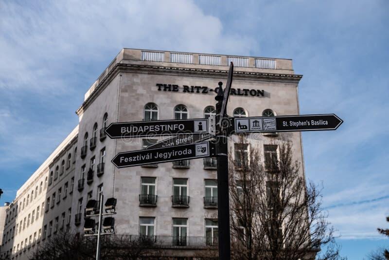 Obrazek Ritz Carlton hotel od Budapest, Węgry, z turystycznymi informacjami szyldowymi zdjęcia royalty free