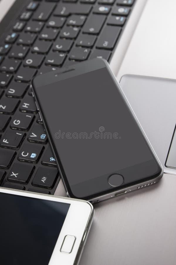 Obrazek smartphone i laptop zdjęcie stock