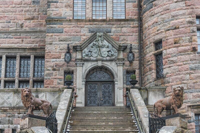 Obrazek stara rocznika budynku fasada z drewnianym drzwi, kamiennymi ścianami i schodkami, zdjęcie royalty free