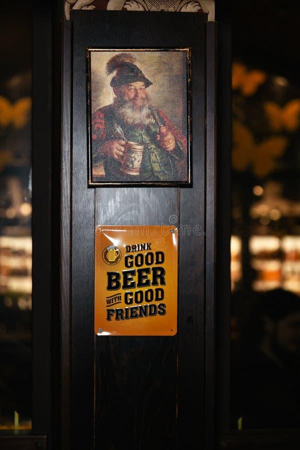 Obrazek starego człowieka obwieszenie w pubie - plakat na ścianie w barze zdjęcie stock