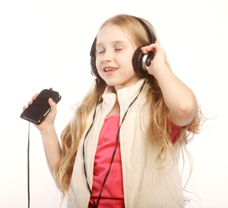 Obrazek szczęśliwa dziewczyna w dużych hełmofonach obraz stock