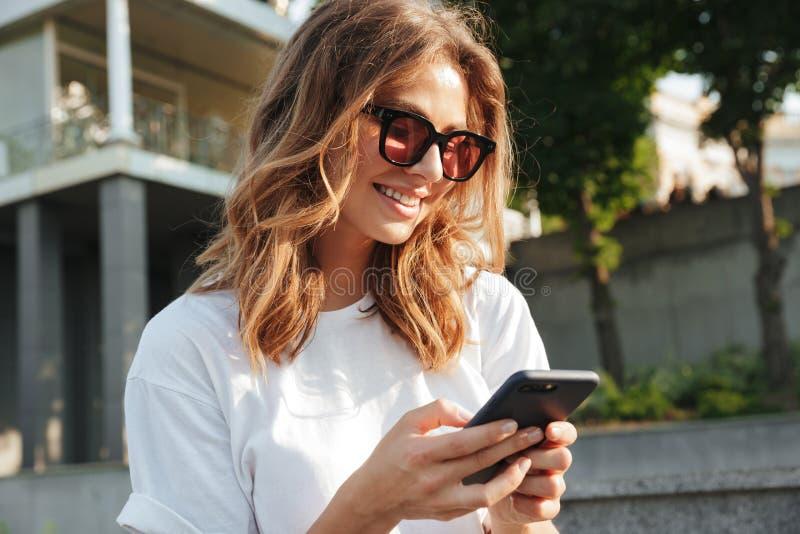 Obrazek towarzyska nowożytna kobieta 20s jest ubranym przypadkowego lata outfi obraz royalty free