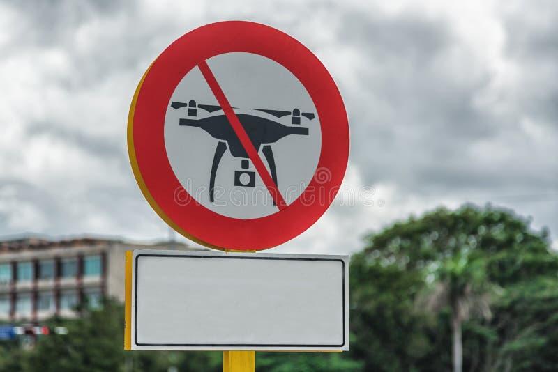 Obrazek trutnia lot zabraniał drogowego znaka na Kubańskich ulicach obraz royalty free