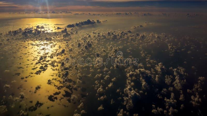 Obrazek widok z lotu ptaka nad zatoką Tajlandia przy zmierzchu czasem latać nad piękne chmury w zmierzchu niebie zdjęcia stock