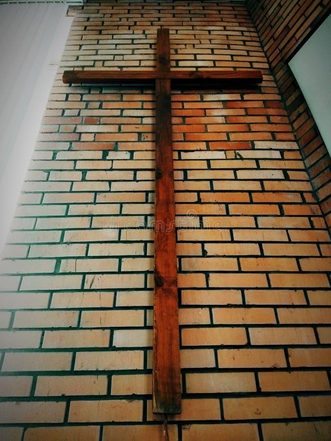 Obrazek wielki drewniany Chrześcijański protestanta krzyża obwieszenie na ściana z cegieł kościół baptystów w perspektywicznym wi zdjęcie stock